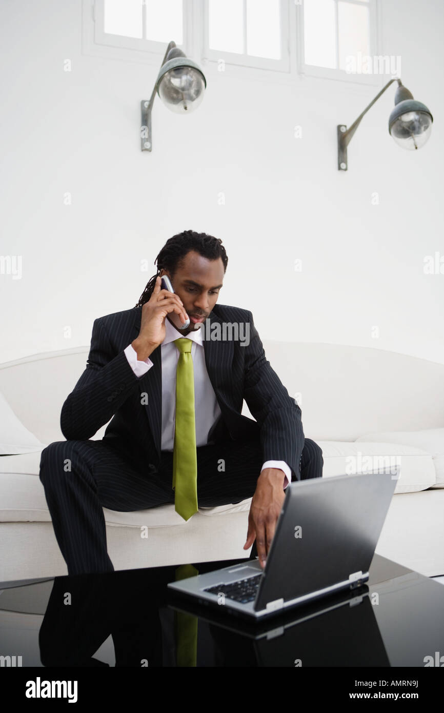 African businessman talking on cell phone Banque D'Images