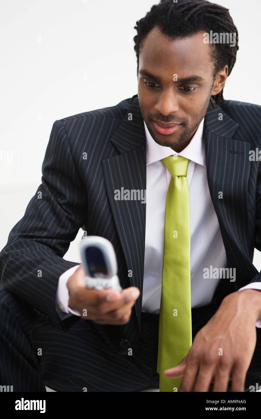 African businessman looking at cell phone Banque D'Images