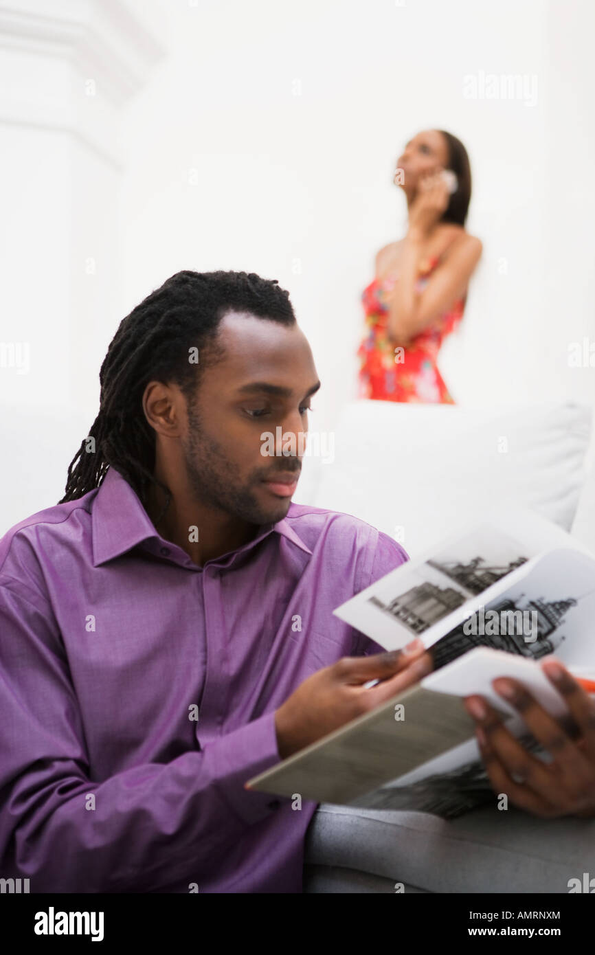 African couple relaxing in living room Banque D'Images