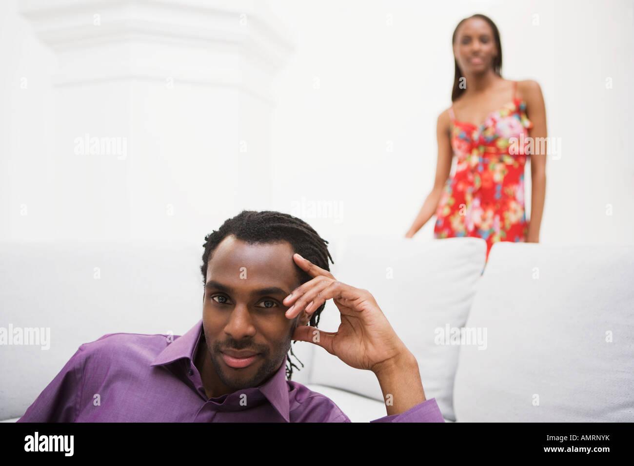 Homme africain avec ma copine en arrière-plan Banque D'Images