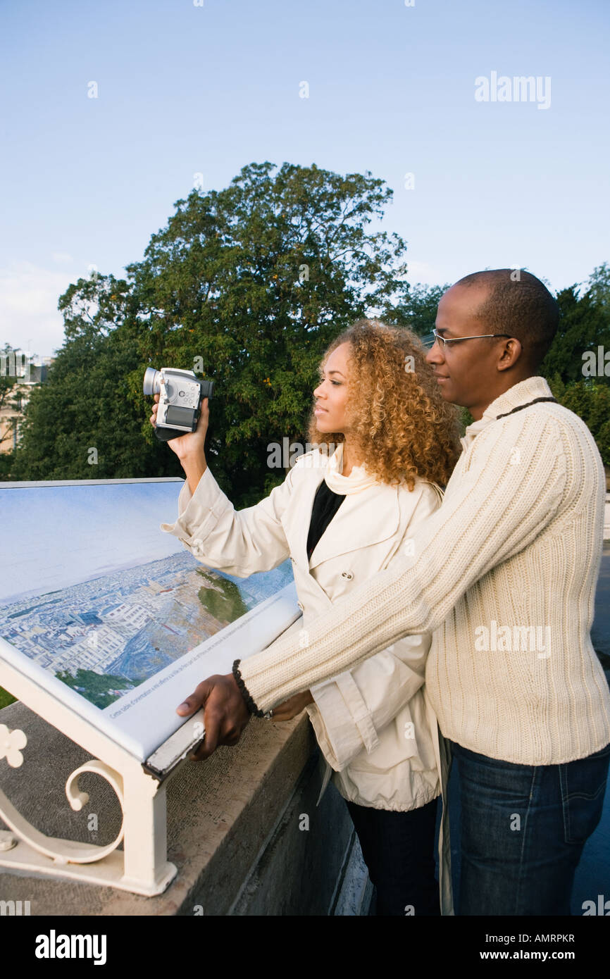 African couple pointing Banque D'Images