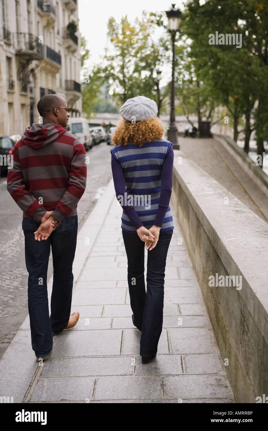 Vue arrière du couple walking Banque D'Images