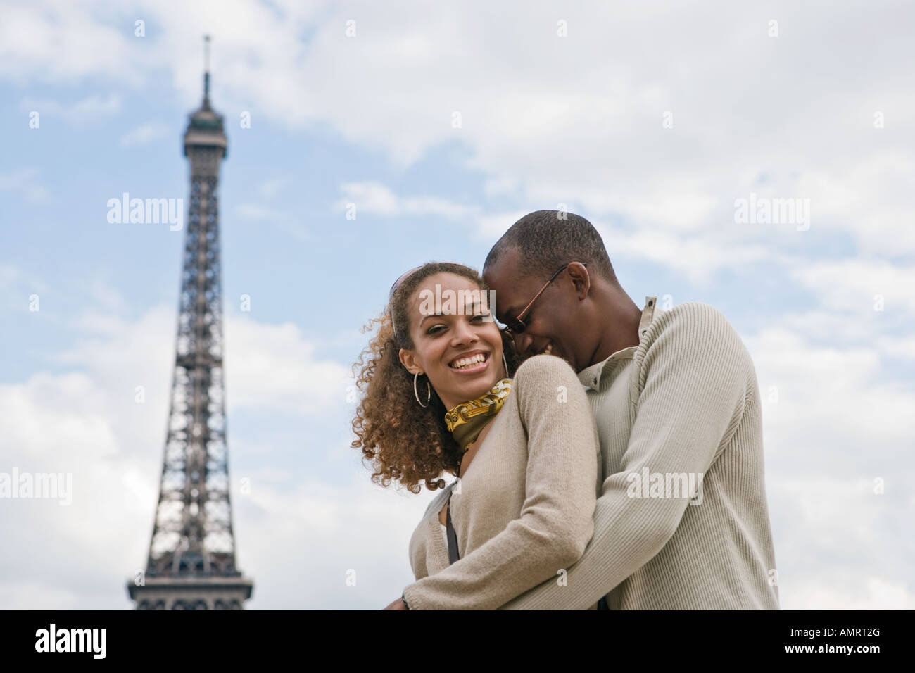 African couple hugging Banque D'Images