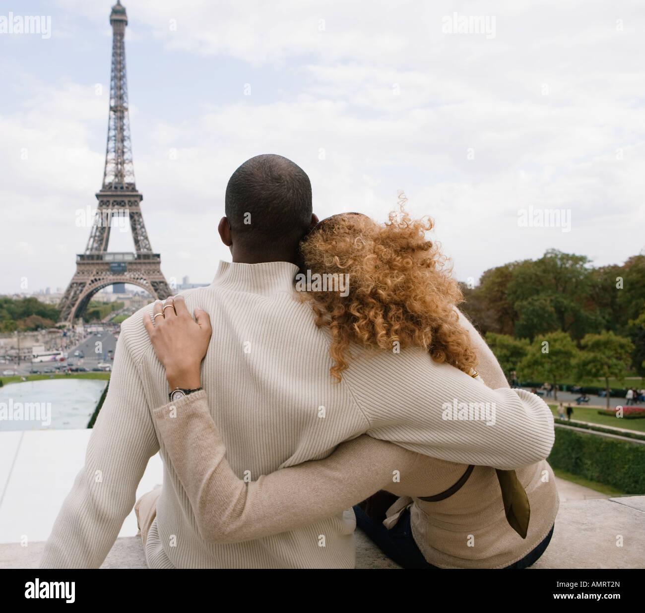 Vue arrière de l'African couple hugging Banque D'Images