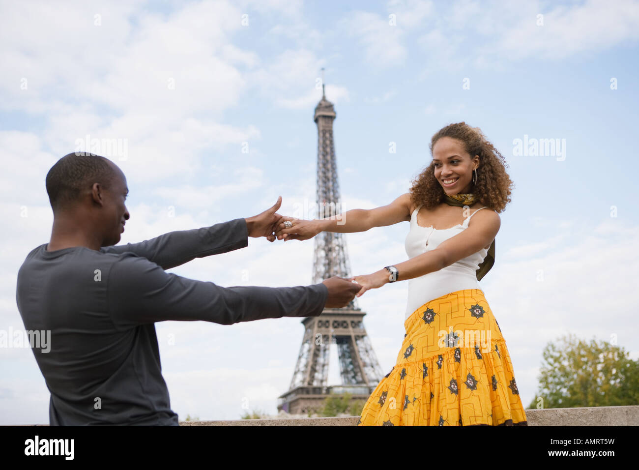 African couple dancing outdoors Banque D'Images