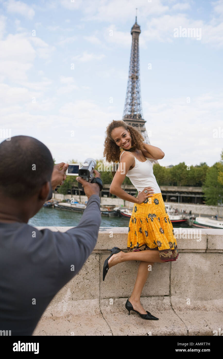 African man taking photograph of girlfriend Banque D'Images
