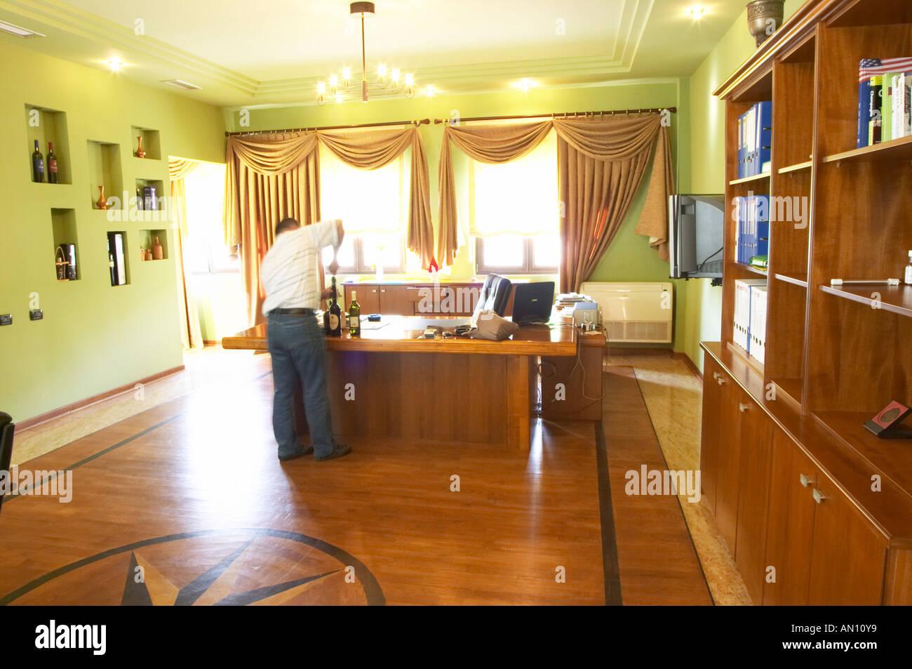 Le bureau du manager. avec parquet en bois avec incrustations de