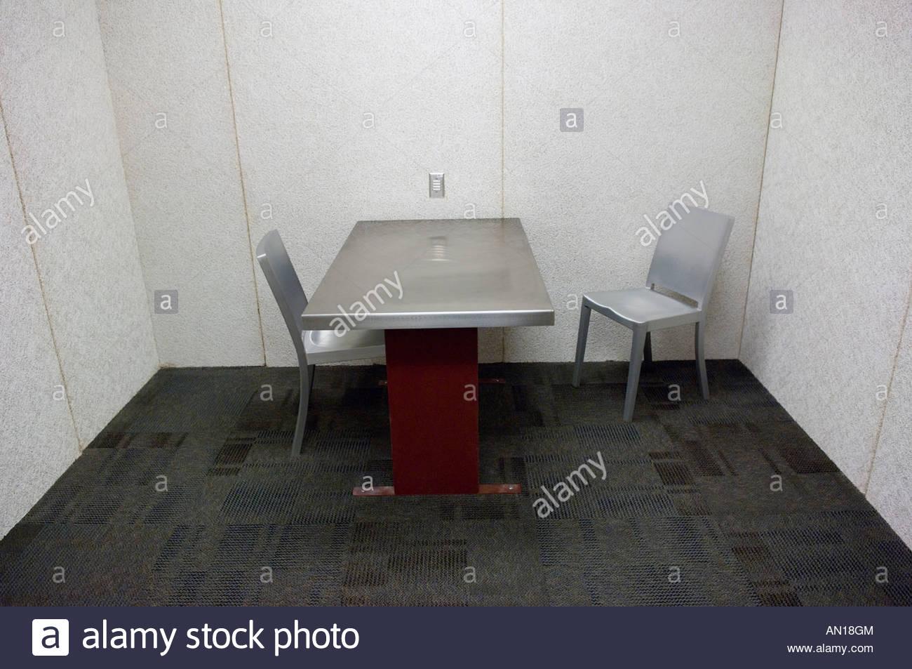 À la recherche de nouveaux interrogatoires policiers stérile prix interview cellule à la ville de Photo Stock