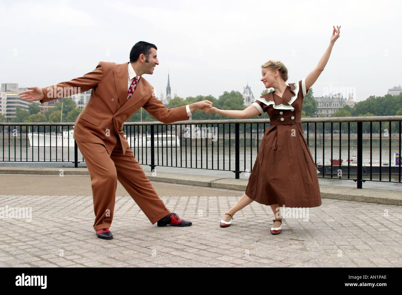 50c72c963abd6 Les danseurs de Lindy Hop vêtu de vêtements des années 40 Photo Stock