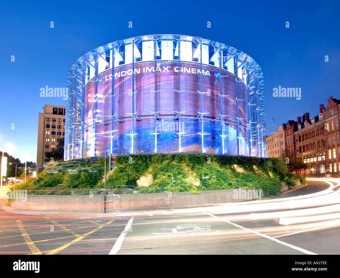 Cinéma IMAX de Londres et des pistes de circulation au crépuscule. Photo Stock
