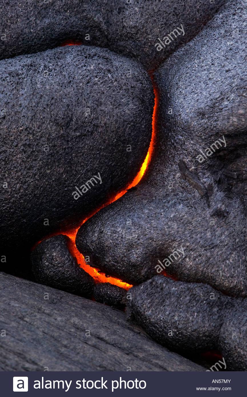 La lave en fusion rend les modèles courbes dramatiques comme il se brise dans le roc dans Volcanoes National Photo Stock