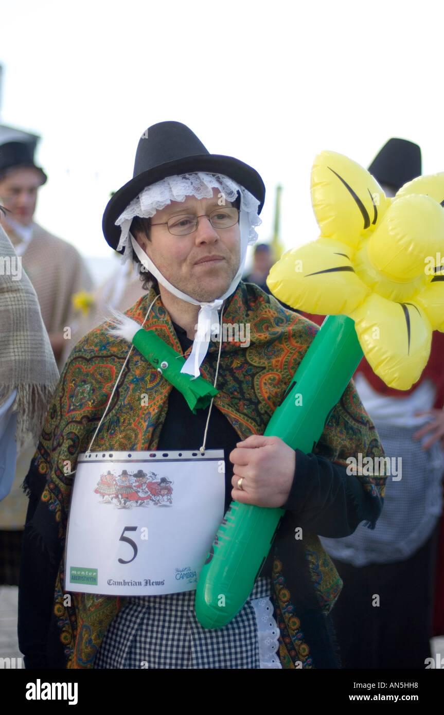 homme habill en costume de femme traditionnel gallois et la tenue d 39 une jonquille jaune en. Black Bedroom Furniture Sets. Home Design Ideas