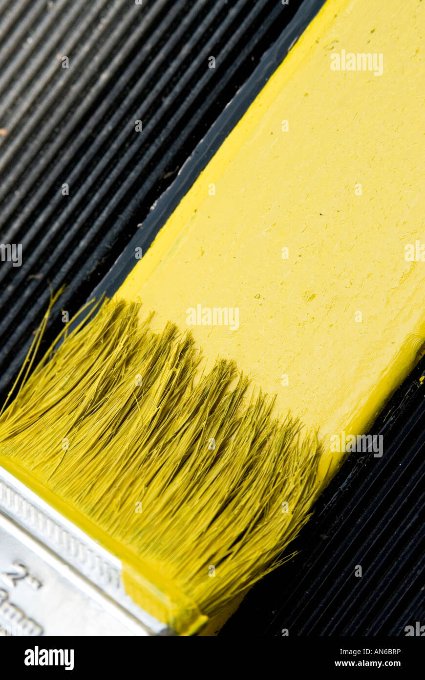Peinture pinceau jaune, close-up Photo Stock