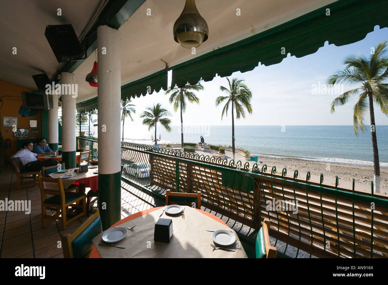 vue depuis la terrasse de restaurant en bord de mer le malecon vieille ville puerto vallarta. Black Bedroom Furniture Sets. Home Design Ideas