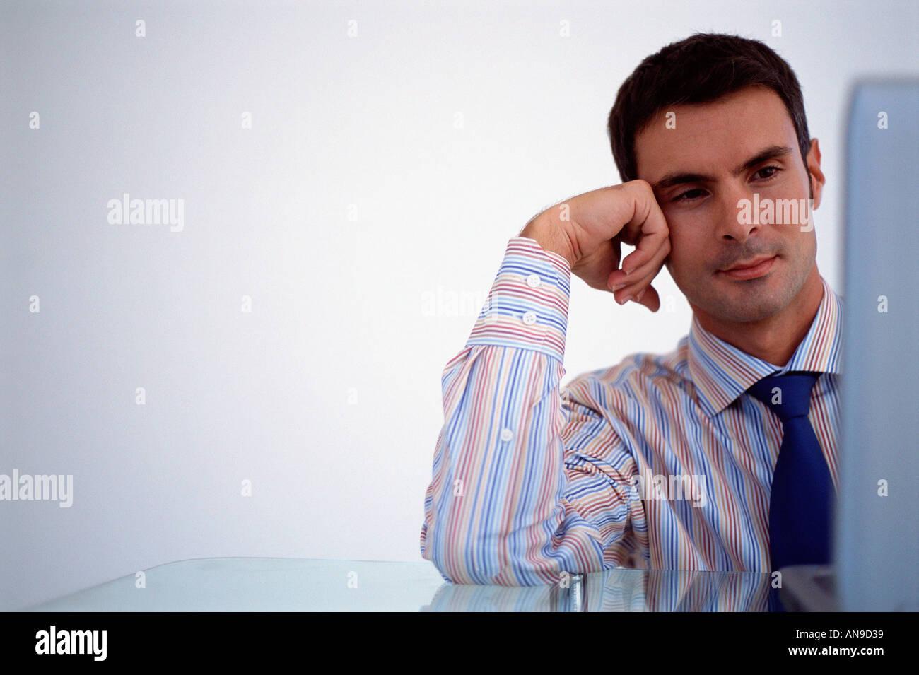 Businessman reading écran Photo Stock