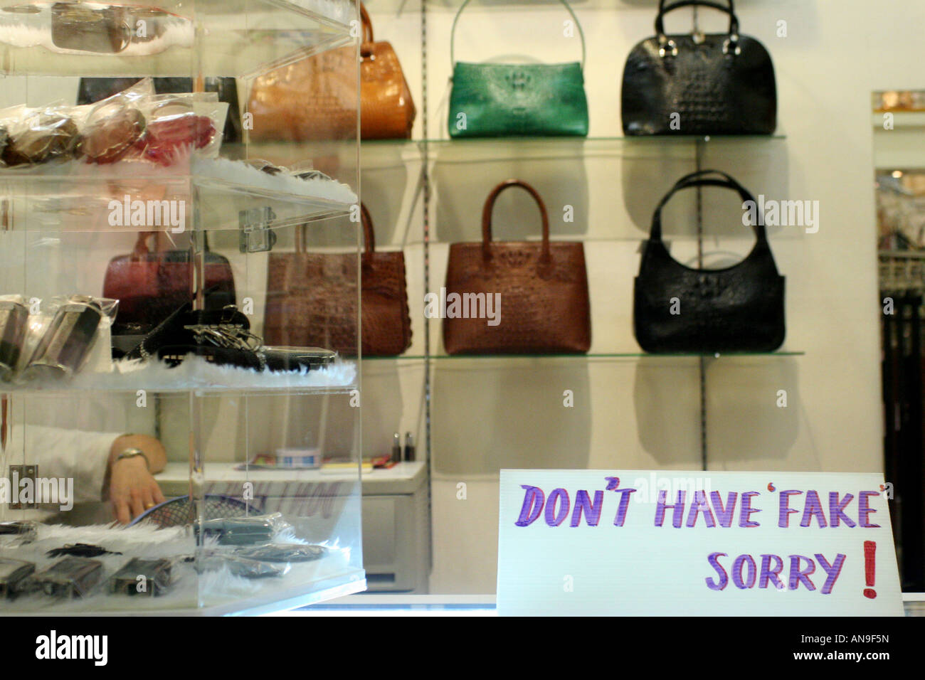 6c9c65dca5 'Vrai' sac à main magasin au centre commercial MBK, Bangkok, Thaïlande.