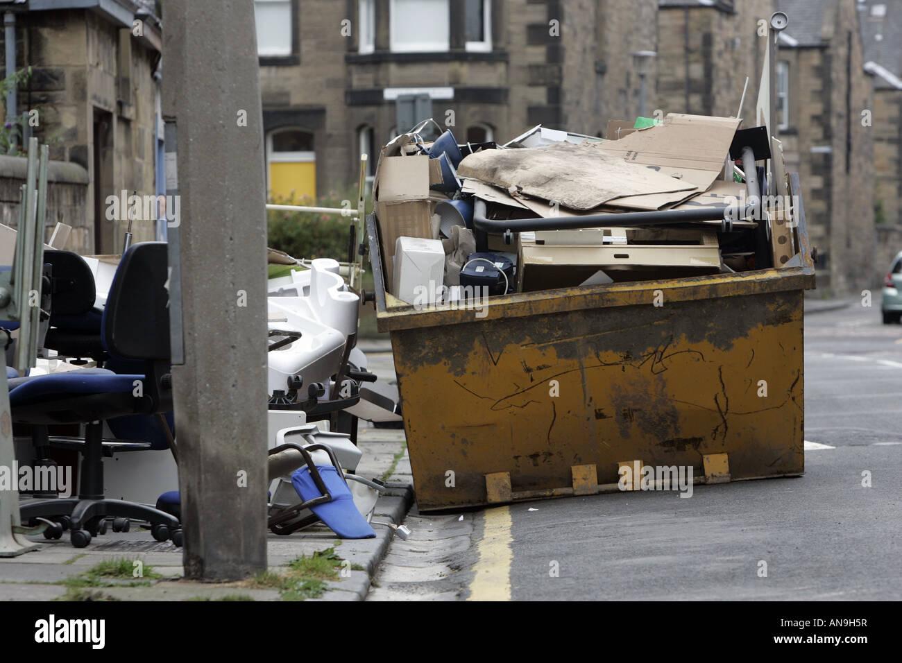 Plein d'un SKIP ET PLUS ruisselant de jeter le matériel de bureau Photo par Gary Doak Photo Stock