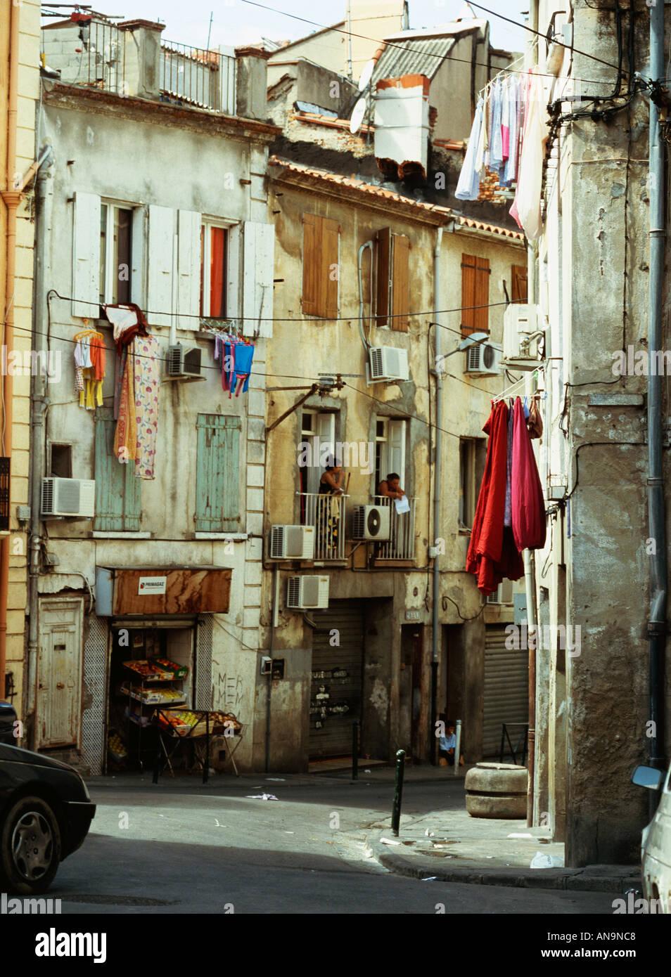 Rue étroite dans le quartier gitan et tzigane arabe Perpignan France Photo Stock