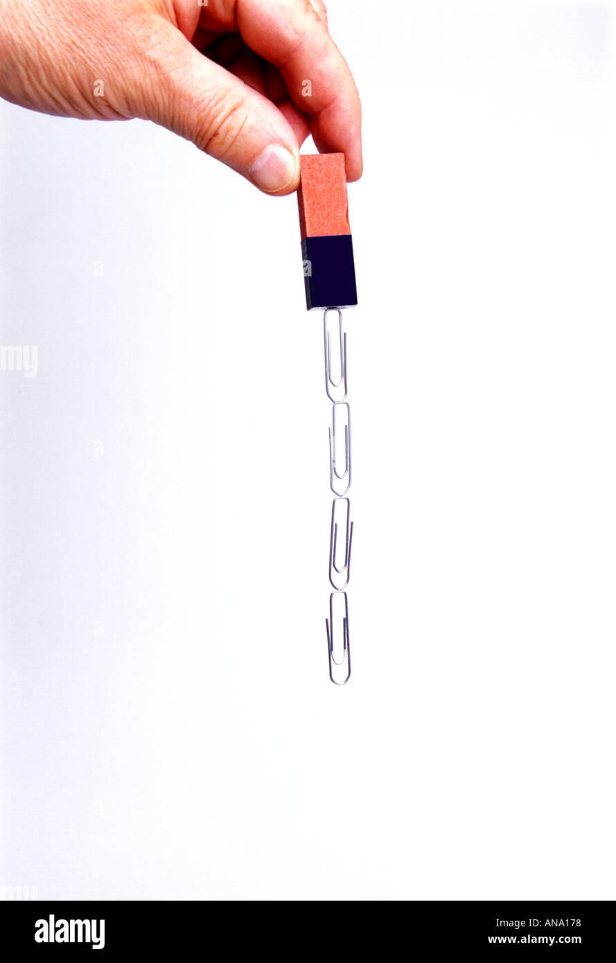 Chaîne de trombones pendaison de magnet Banque D'Images