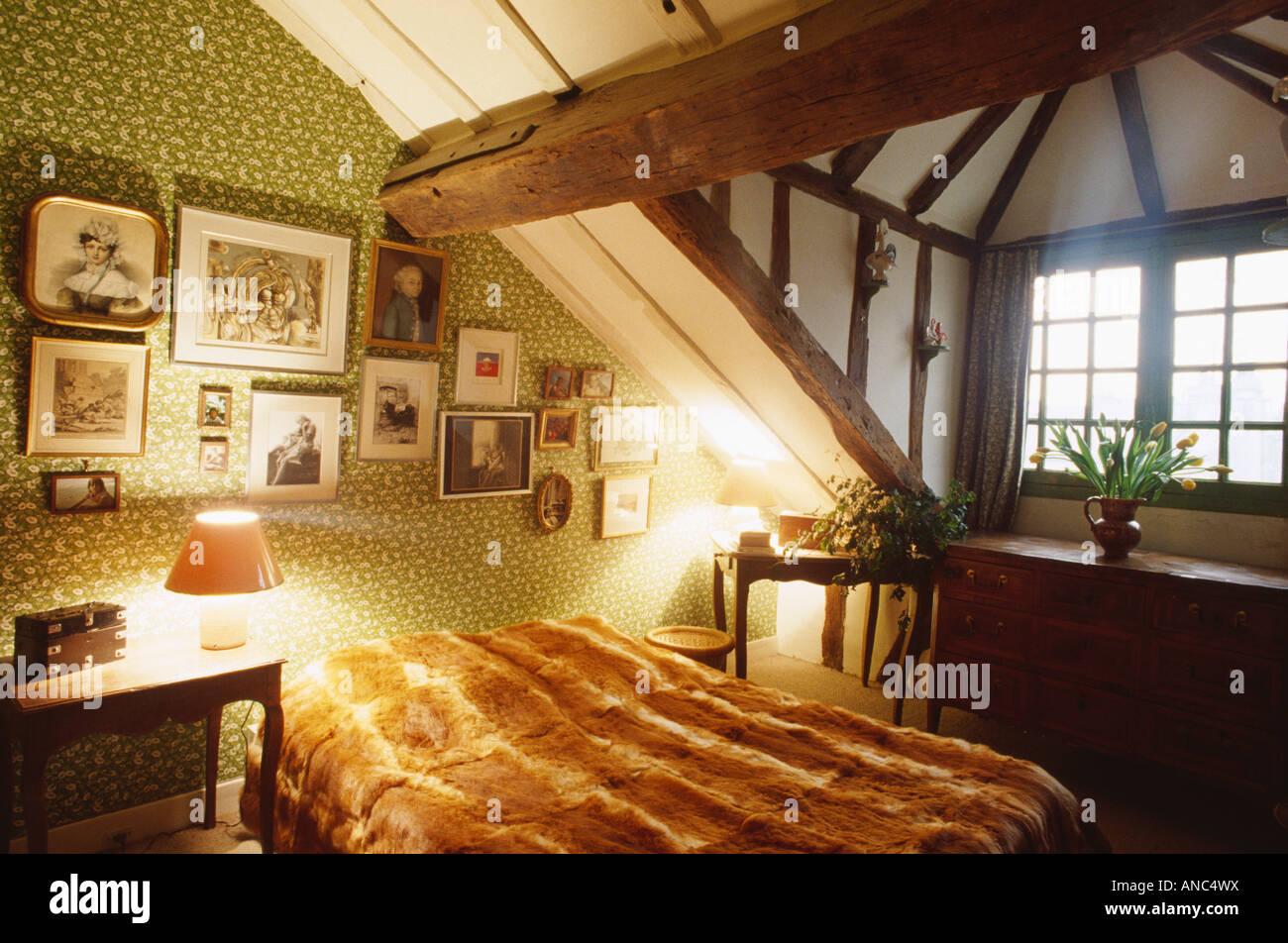 Papier Peint Chambre Mansardée la fausse fourrure jeter sur lit de 70 chambre mansardée