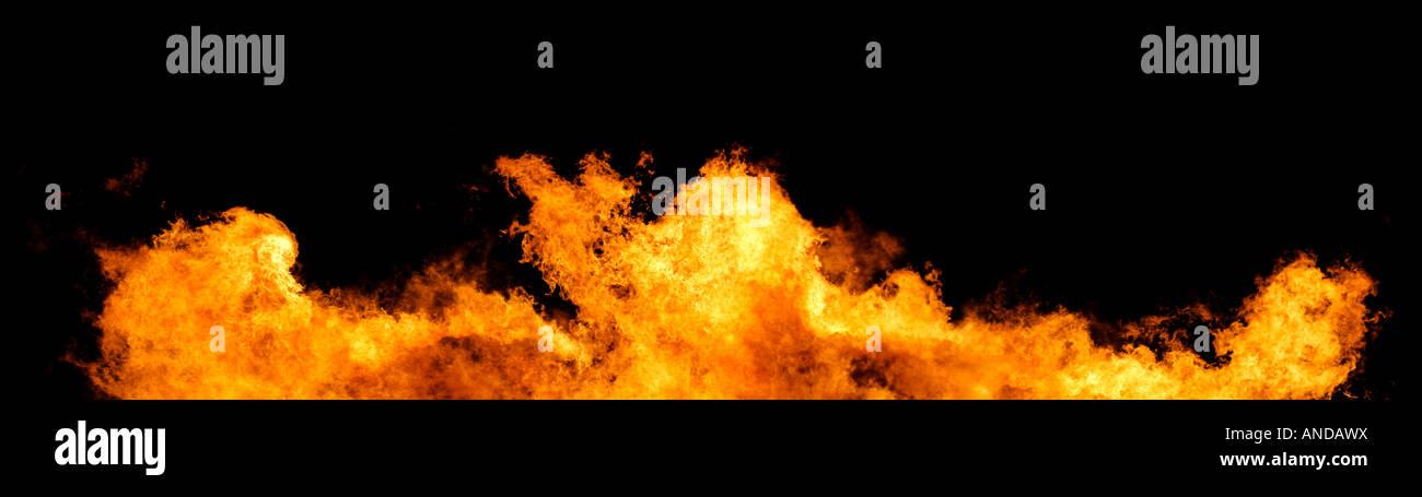 Mur de feu massive et des flammes sur fond noir énorme fichier XXL Photo Stock