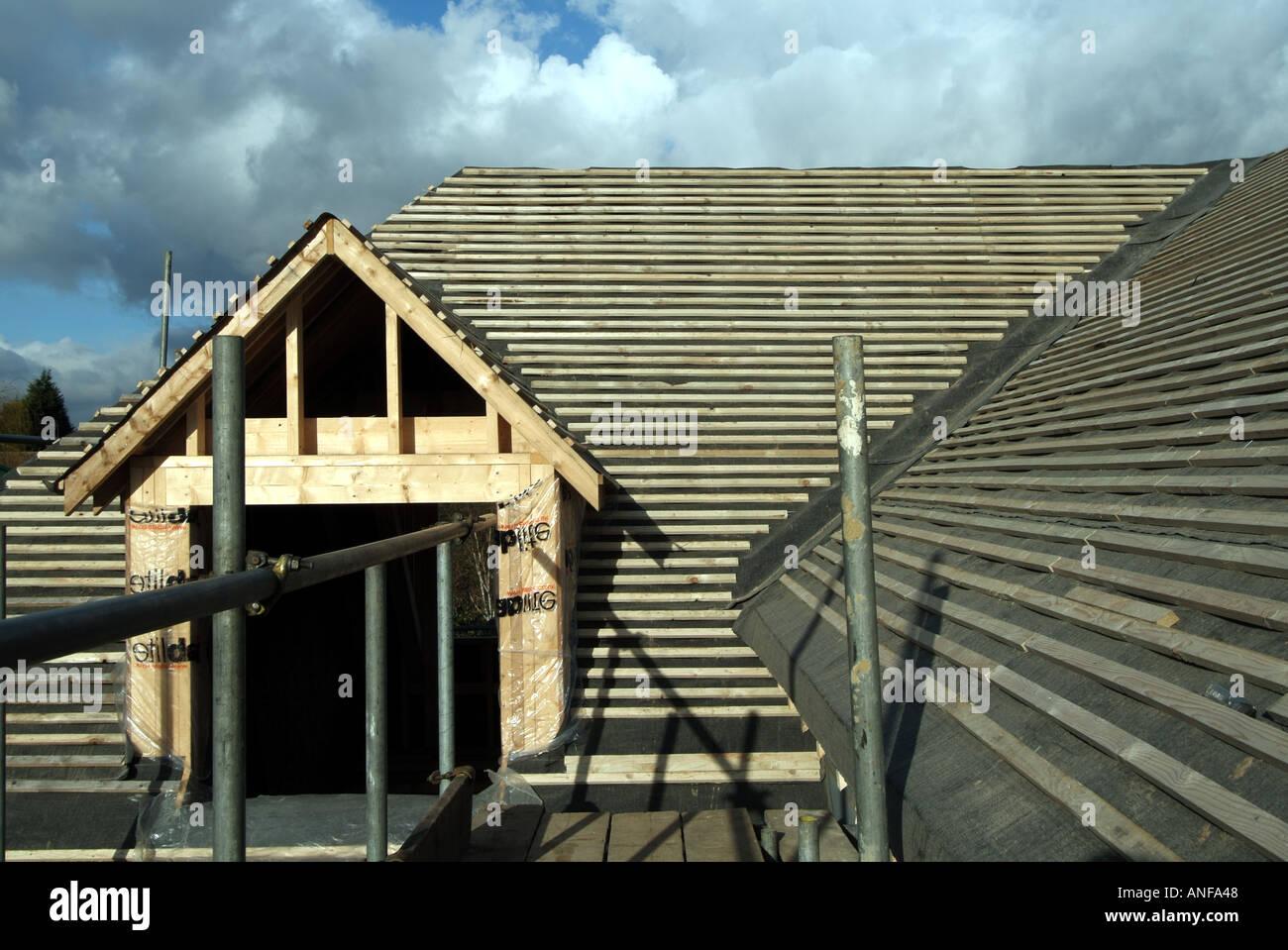 maison individuelle en construction y compris les travaux de toiture pignon lucarne feutre et. Black Bedroom Furniture Sets. Home Design Ideas