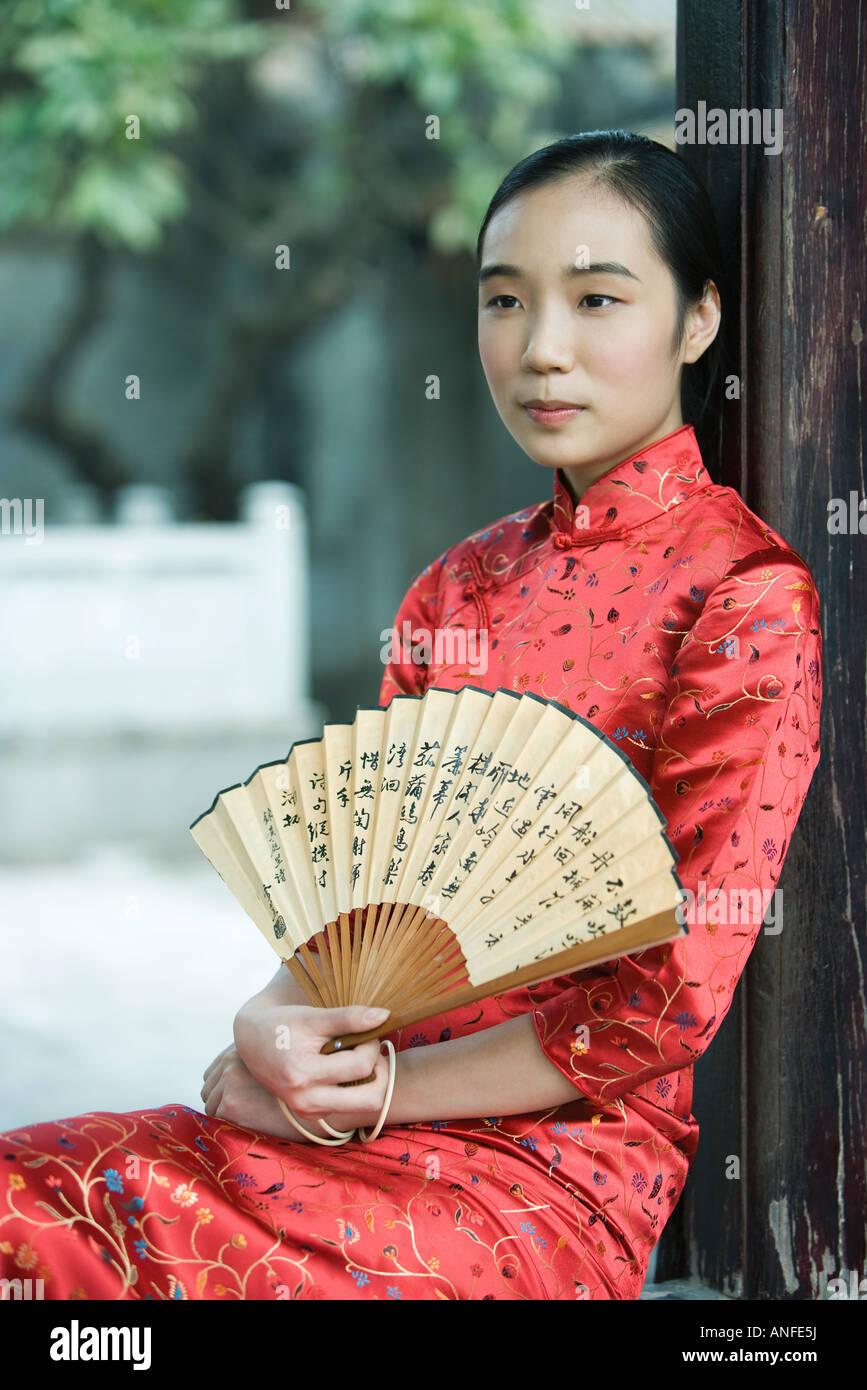 Jeune femme portant des vêtements traditionnels chinois, avec ventilateur, portrait Banque D'Images