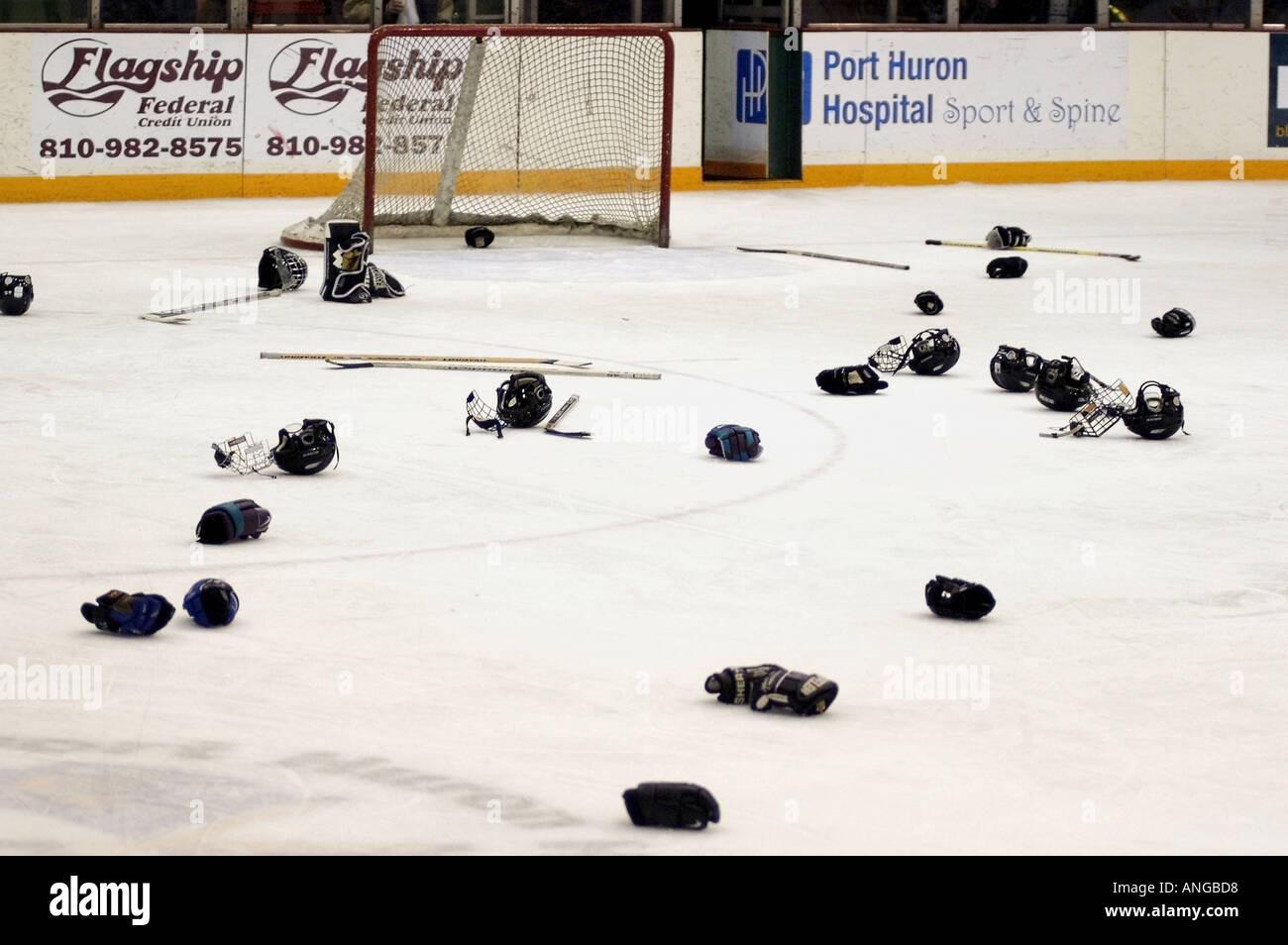 Tournoi de hockey sur glace International Silver Stick action séries éliminatoires de hockey gants Port Huron au Michigan et bâton jeté sur les glaces Photo Stock