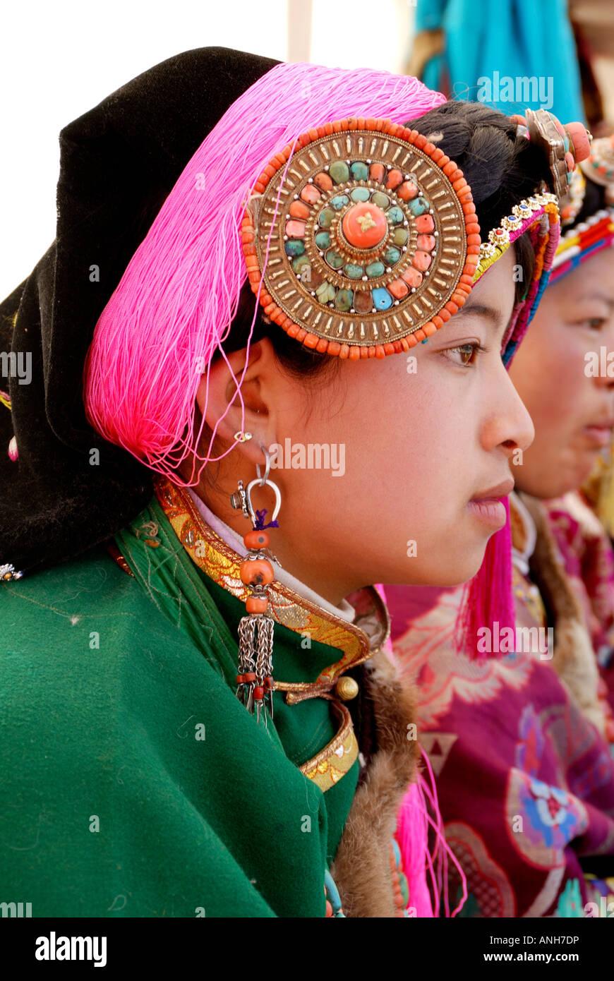 71ca3c58d5d Fête de mariage tibétain ont une femme vêtements traditionnels tibétains