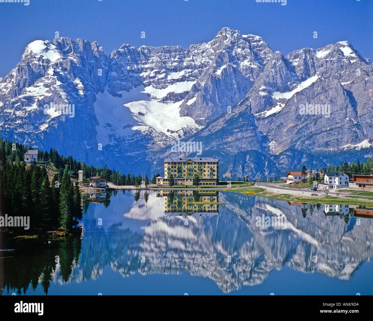 le lac de misurina et montagnes enneig es cortina d 39 ampezzo dolomites italie du nord banque d. Black Bedroom Furniture Sets. Home Design Ideas