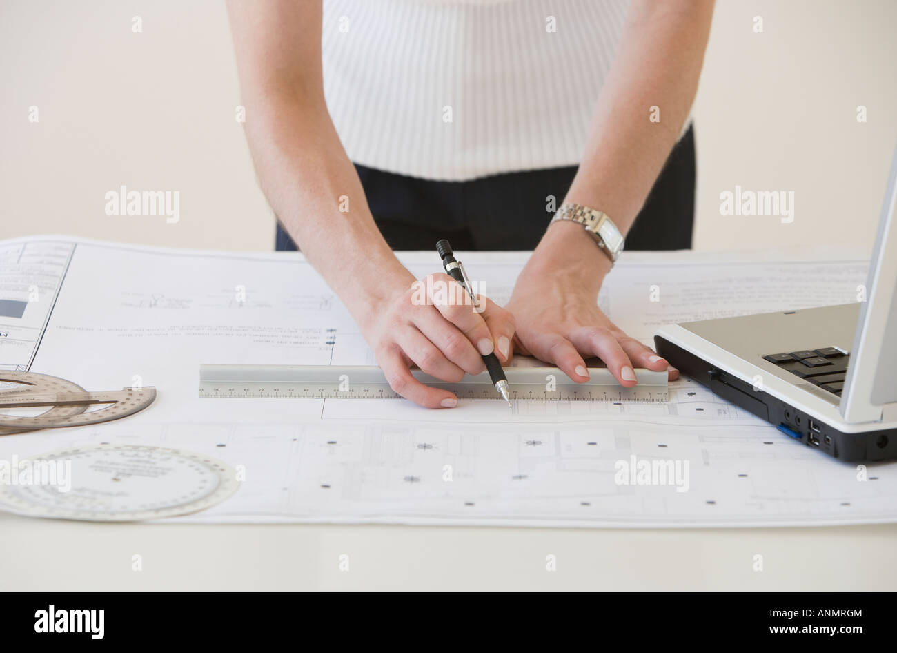 Businesswoman drawing sur les bleus Photo Stock