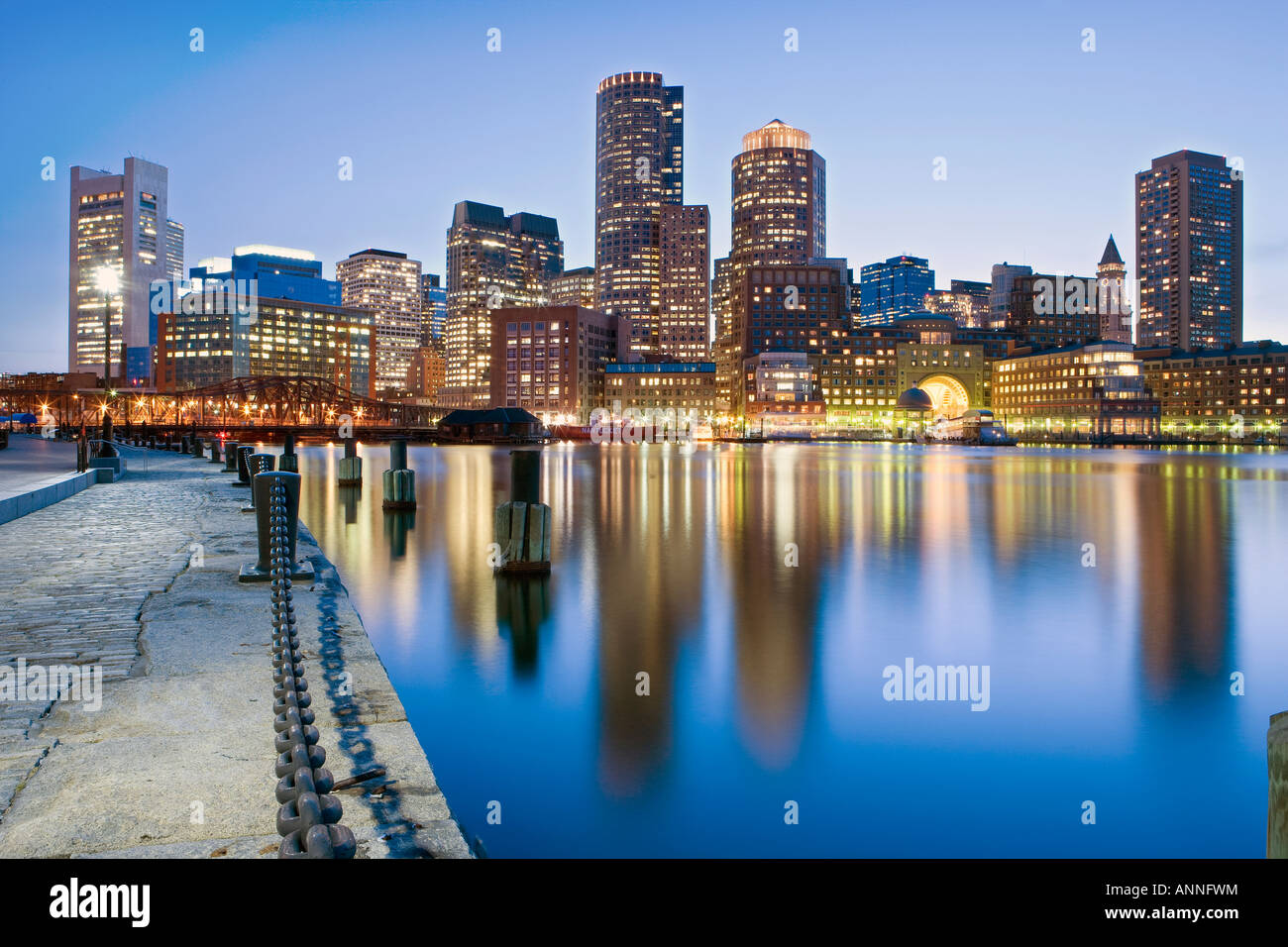 USA Boston Massachusetts Boston financial skyline vue depuis la jetée du ventilateur Photo Stock