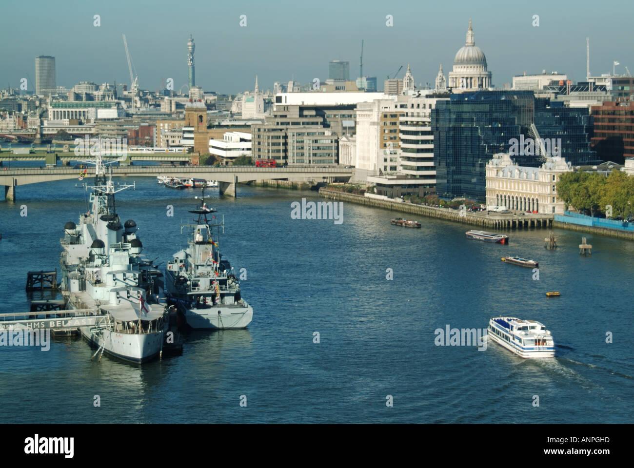 Le HMS Belfast cruiser amarré dans le bassin de Londres, lors de la visite du navire de patrouille extracôtier de Banque D'Images