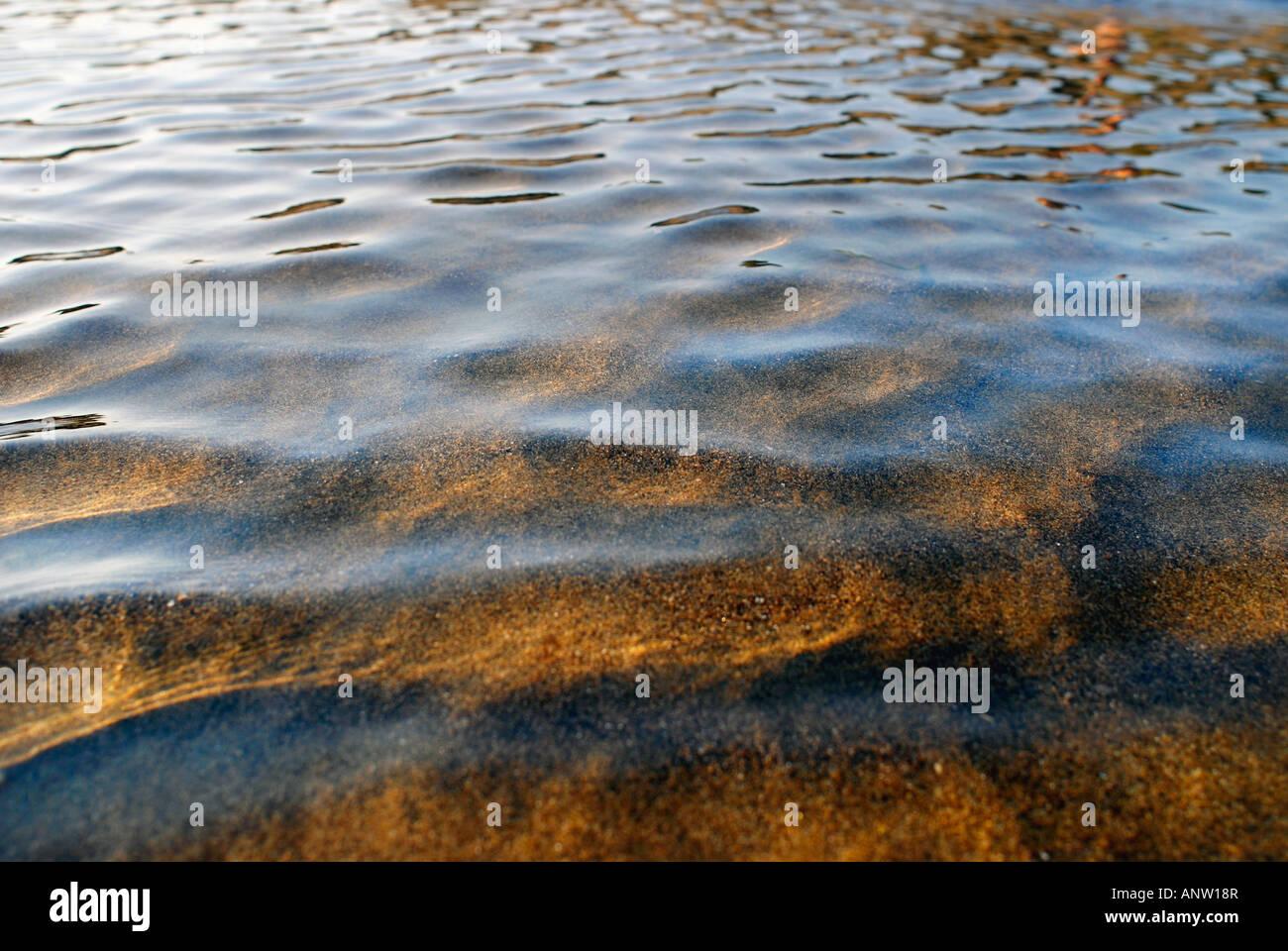 Ondulation sur la surface de l'eau de mer peu profonde calme Photo Stock