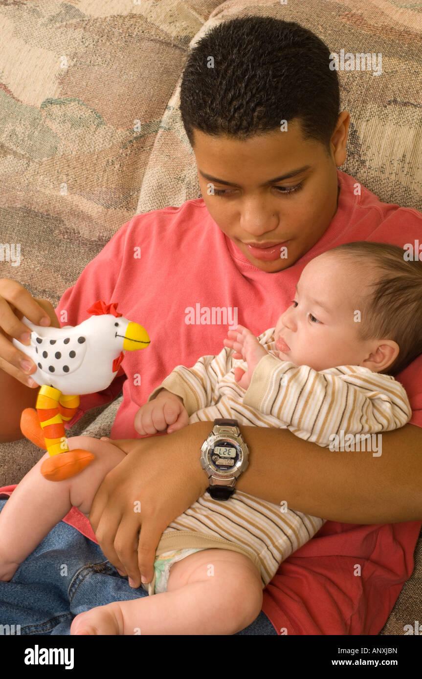 3 mois b b gar on avec des adolescents de 15 ans fr re tenue int ress par toy portoricain. Black Bedroom Furniture Sets. Home Design Ideas