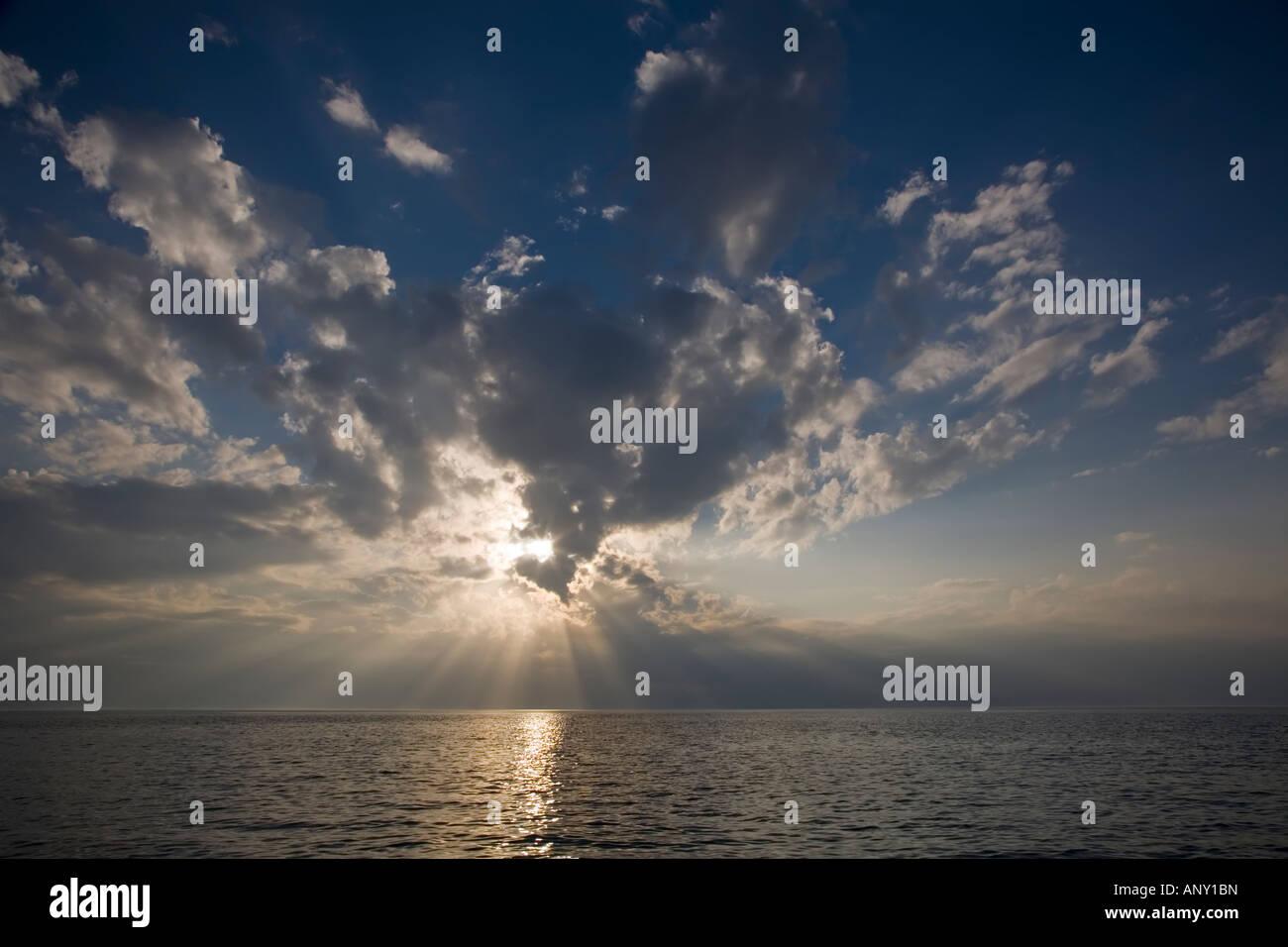 La fin de l'après-midi ciel au-dessus du golfe du Mexique au large de Cedar Key Floride Photo Stock