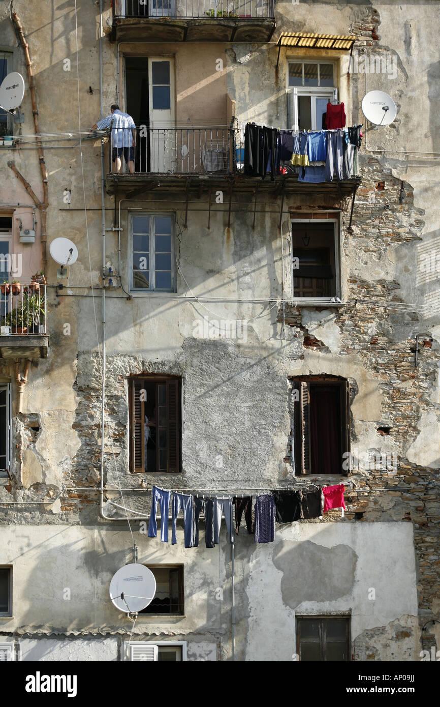 Parabolantenner facaden Vasketøj og praeger sur ce gamle hus Bastia le 08 2007 Photo Stock