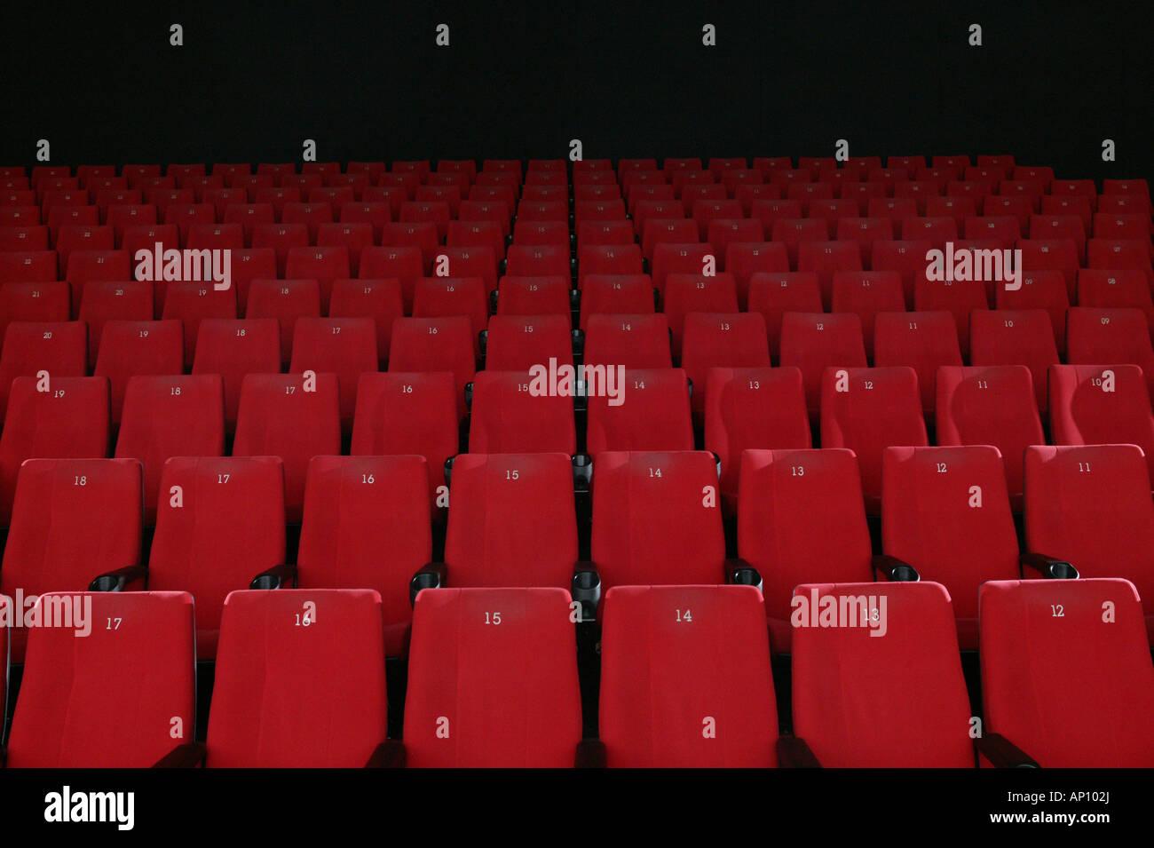 Des rangées de sièges de cinéma rouge vide, Garmisch-Partenkirchen, Bavière, Allemagne Photo Stock
