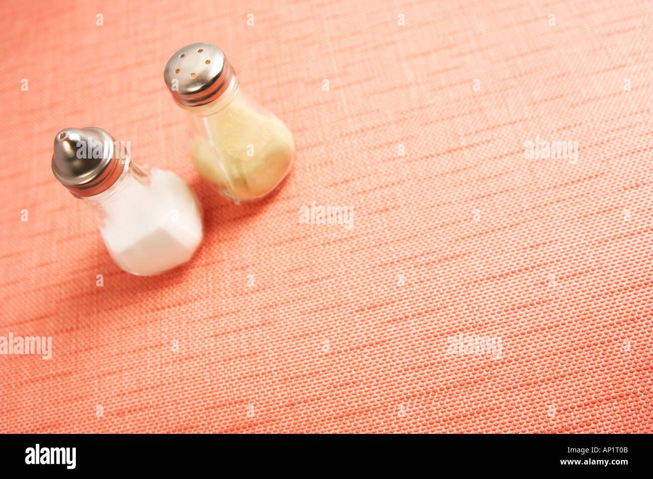 Retro sel poivre sur 60 s Cafe Table Photo Stock