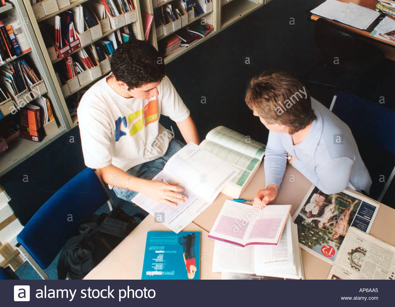 Aider les élèves tuteurs remplir formulaire de demande pour l