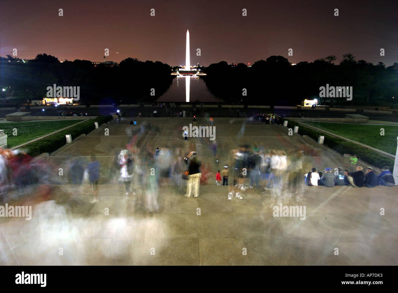 Les touristes sur Lincoln Memorial étapes avec le Washington monument en arrière-plan Banque D'Images