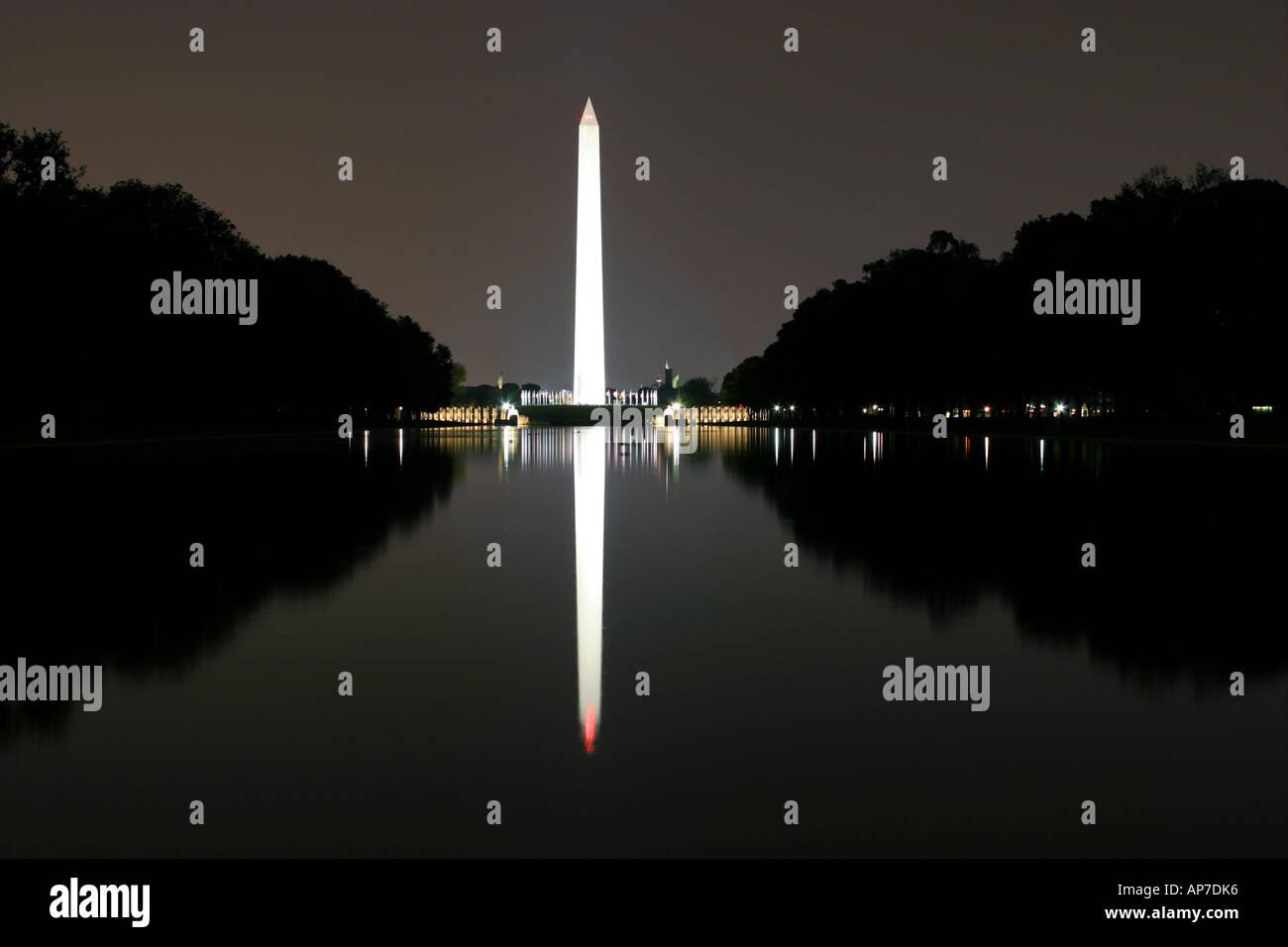 Washington monument et reflétant étang la nuit Banque D'Images