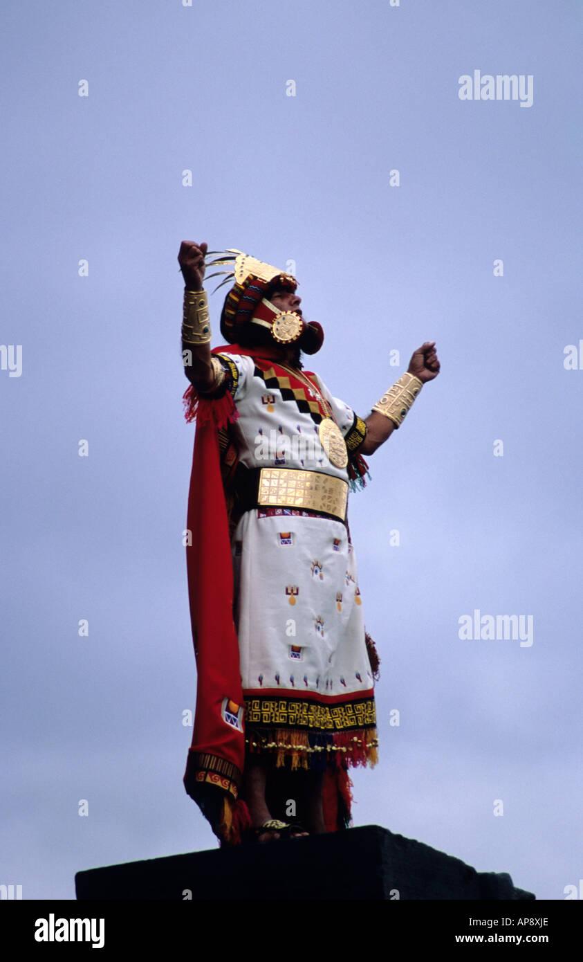 Un Inka proclamant la soleil dans le Temple du Soleil au début de l'Inti Raymi festival, Cuzco, Pérou Photo Stock