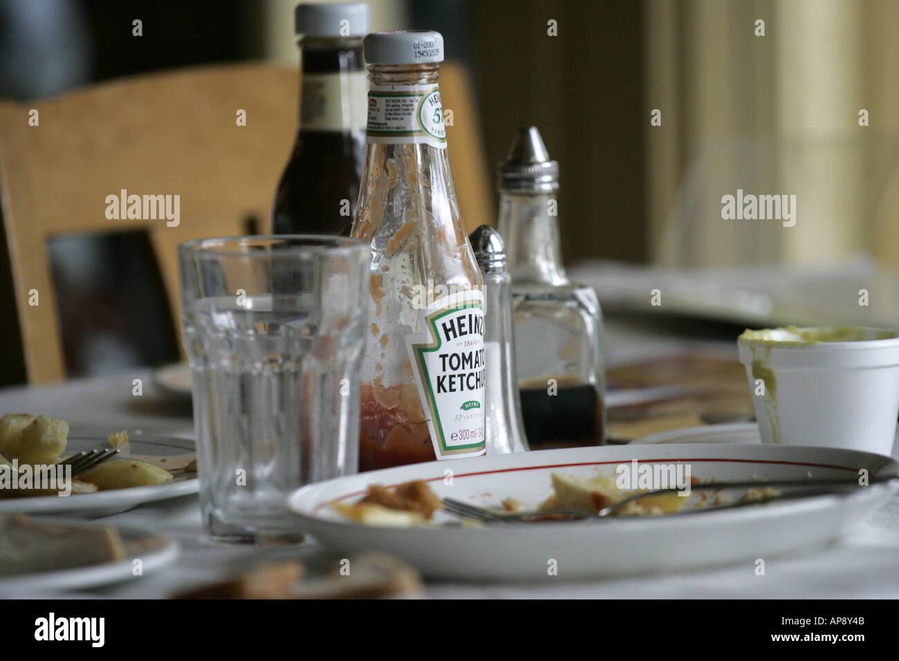 Restes d'une puce et de poisson le déjeuner dans un restaurant. Banque D'Images