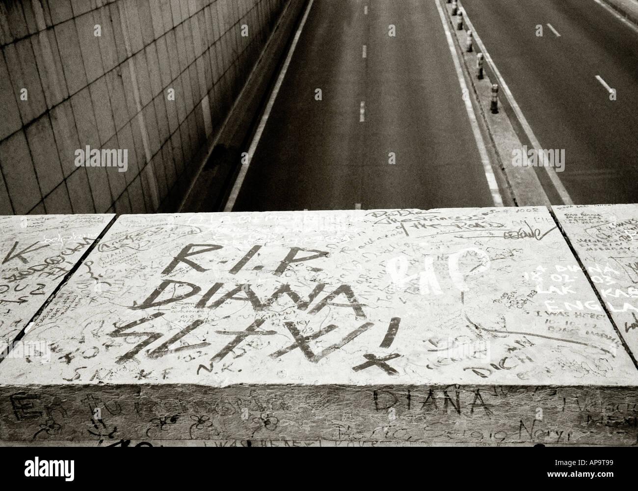 La mort de la princesse Diana Memorial au Pont del Alma passage sous le pont et la ville de Paris en France en Europe Banque D'Images