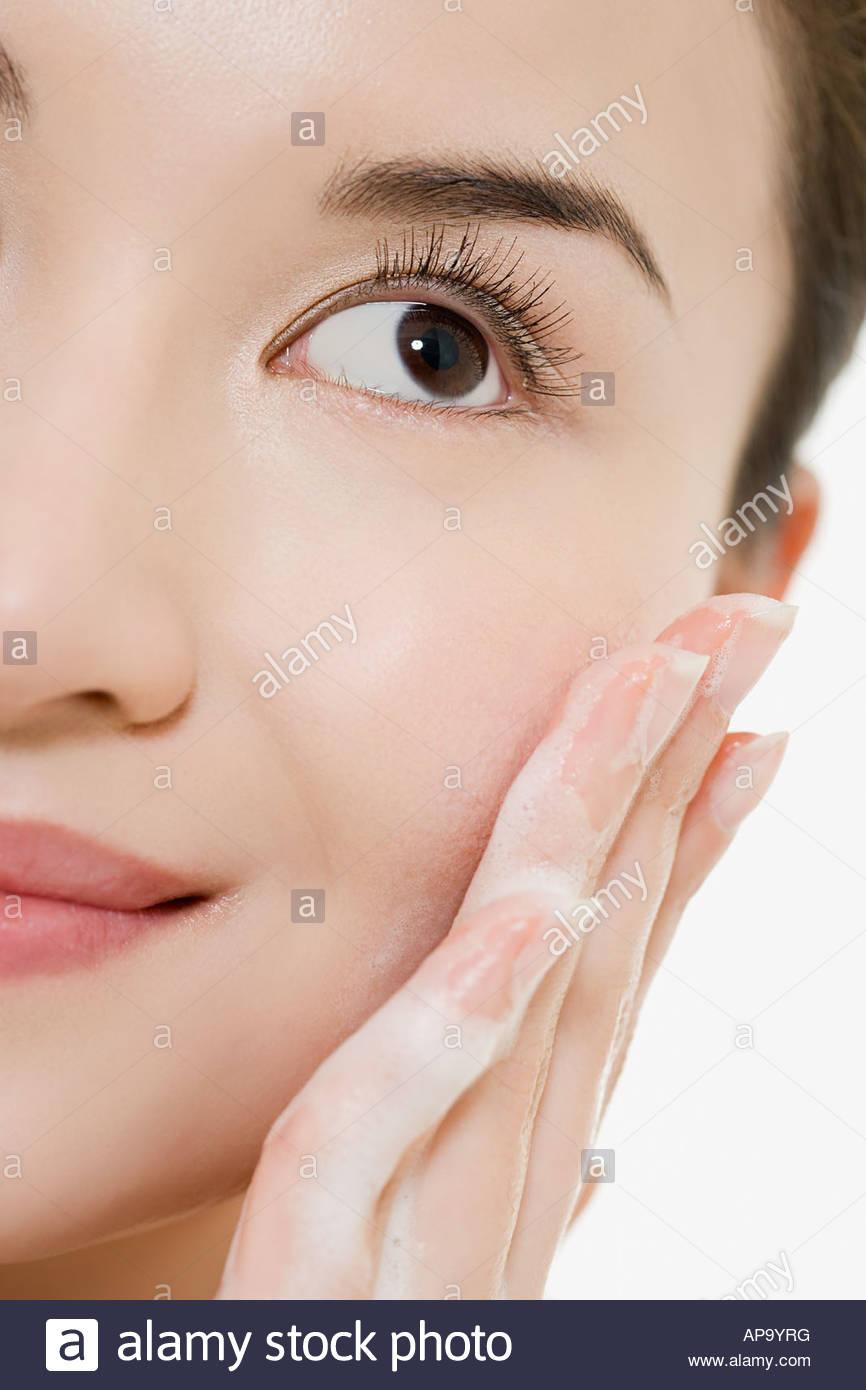 Nettoyage ethnique femme son visage Photo Stock