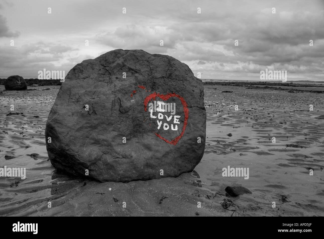 Je vous aime écrit sur un rocher sur une plage Photo Stock