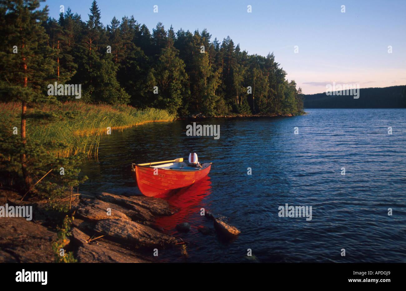 Un bateau se trouvant à la rive dans le soleil du soir, Vastergotland, Sweden Photo Stock