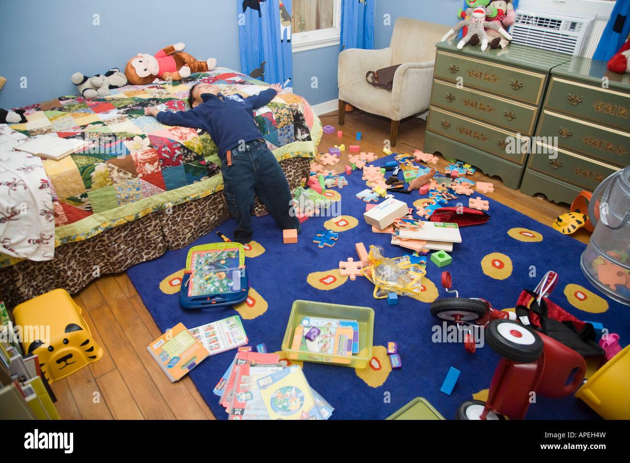 Asian boy dans une chambre en désordre Photo Stock