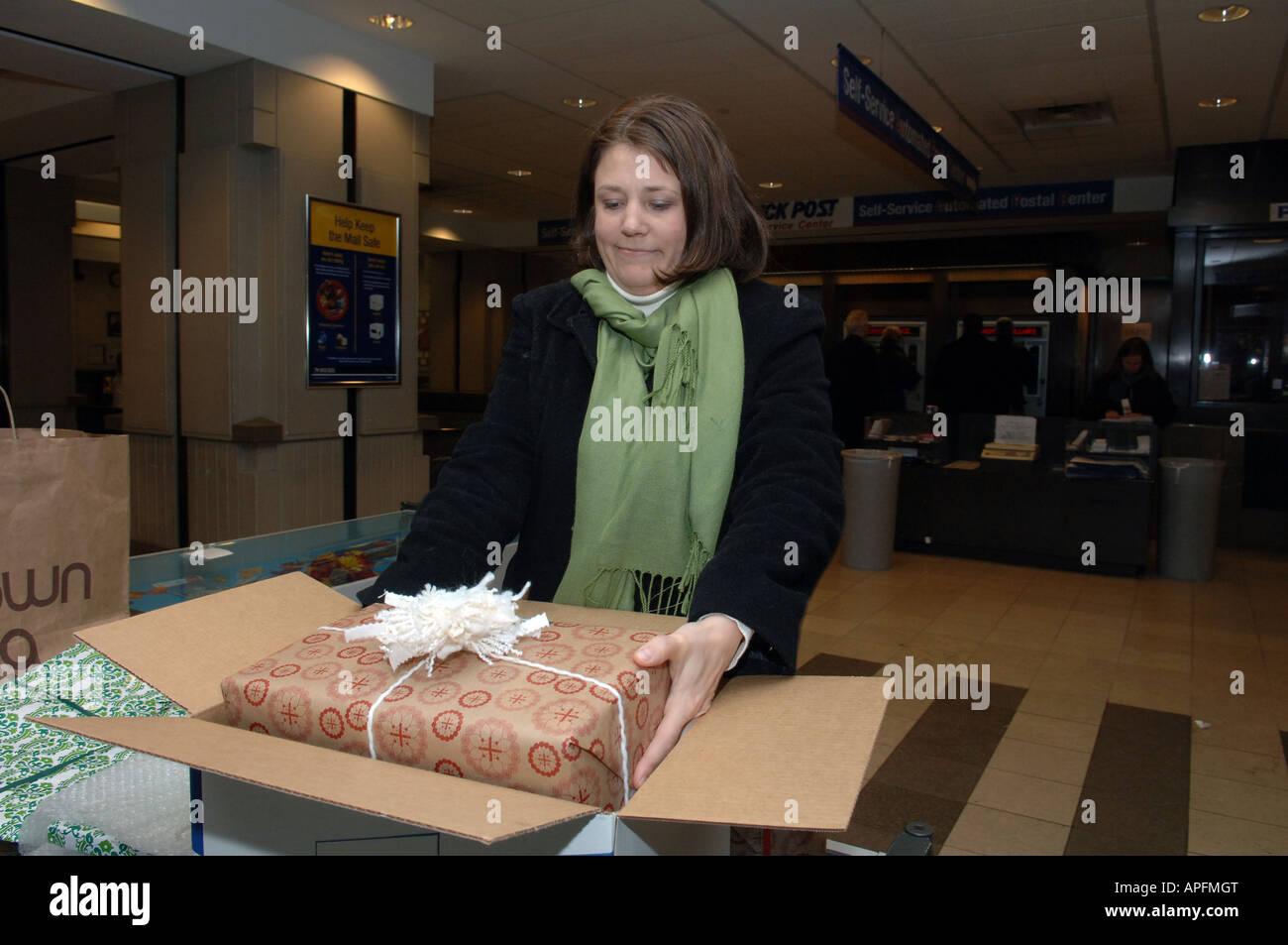 Femme mails son colis de Noël au Grand Central Post Office in NYC Banque D'Images